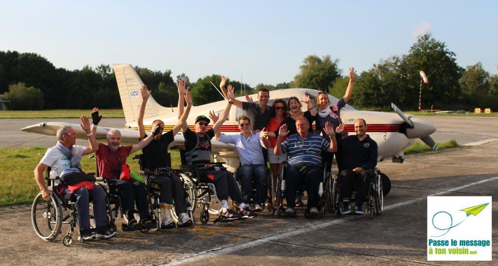 """l'asbl """"Passe le Message à ton Voisin"""" propose des baptêmes de l'air pour des personnes handicapées des membres inférieurs"""