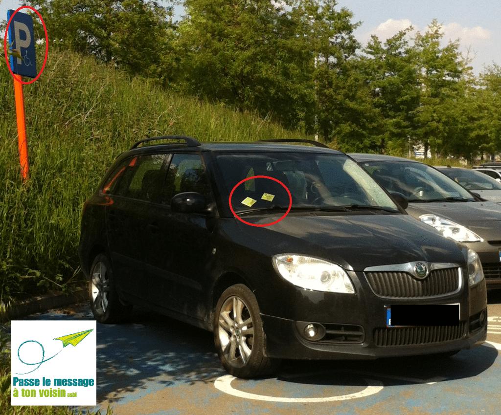 post it collé sur une voiture garée illégalement sur un stationnement PMR