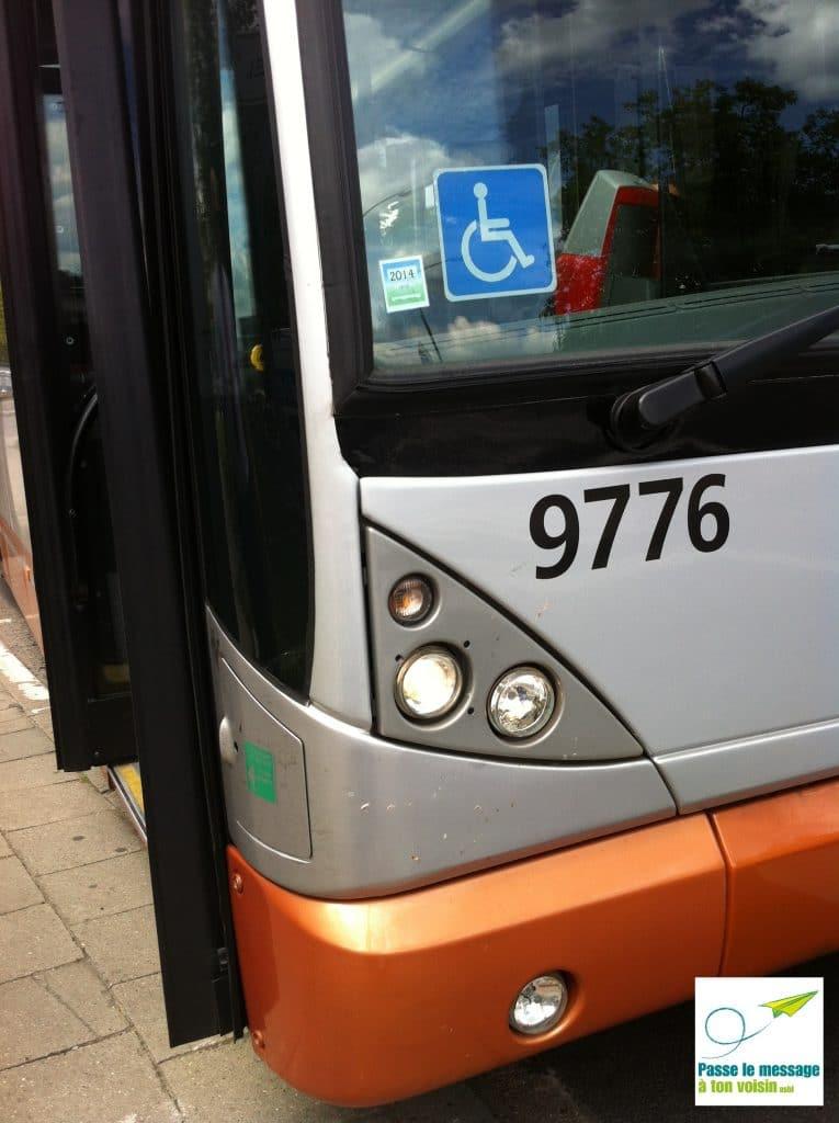 logo PMR pour signaler l'accessibilité d'un bus STIB