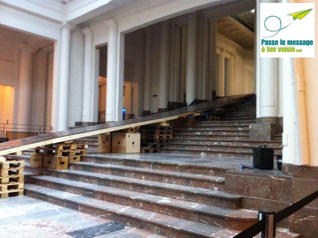 rampe d'accès construite avec des palettes de chantier problème d'accessibilité pour les PMR dans un musée