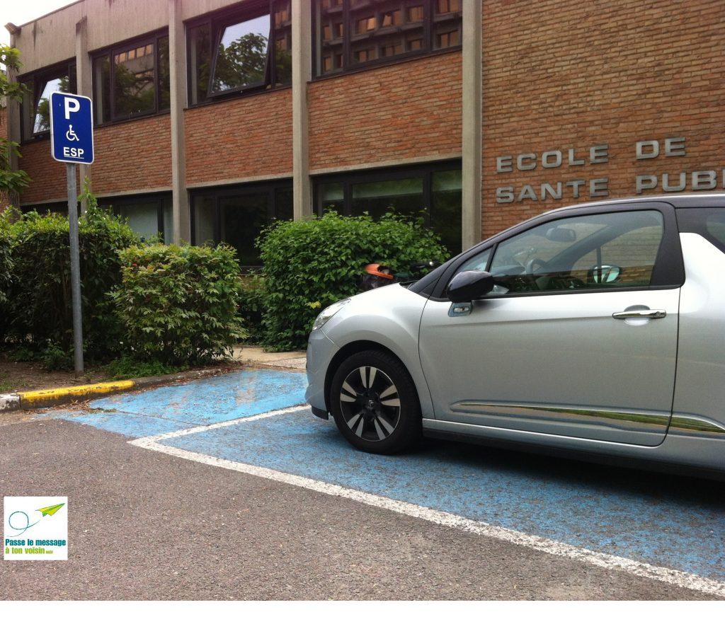 stationnement avec un plan incliné permettant à une PMR de rejoindre le trottoir en sécurité