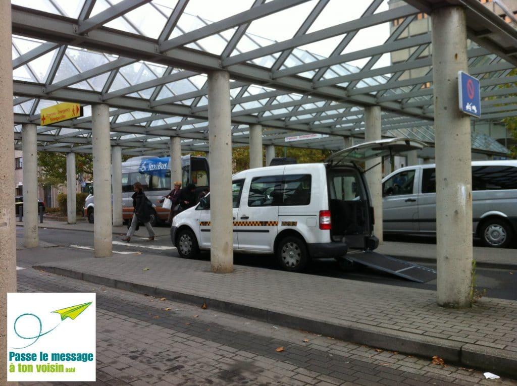 un taxi PMR et un taxibus de la STIB stationnés l'un à côté de l'autre