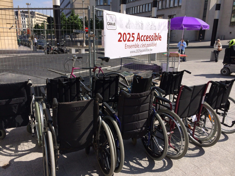 """atelier chaise roulante pour une mise en situation PMR lors d'une action de l'asbl """"Passe le Message à ton Voisin"""" avec le CAWaB"""