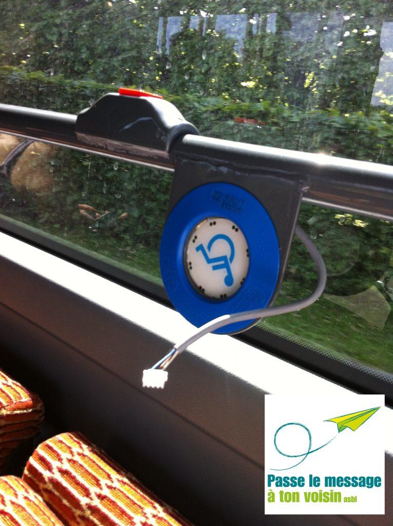 bouton pour demander l'arrêt qui est en panne, à bord d'un bus de la STIB