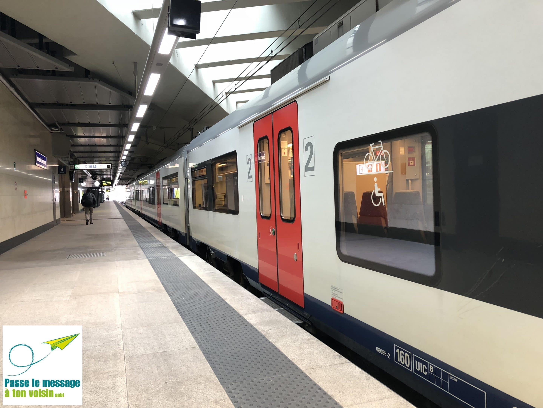 train à la gare SNCB de Schuman, une lacune (trou) subsiste entre le quai et le véhicule