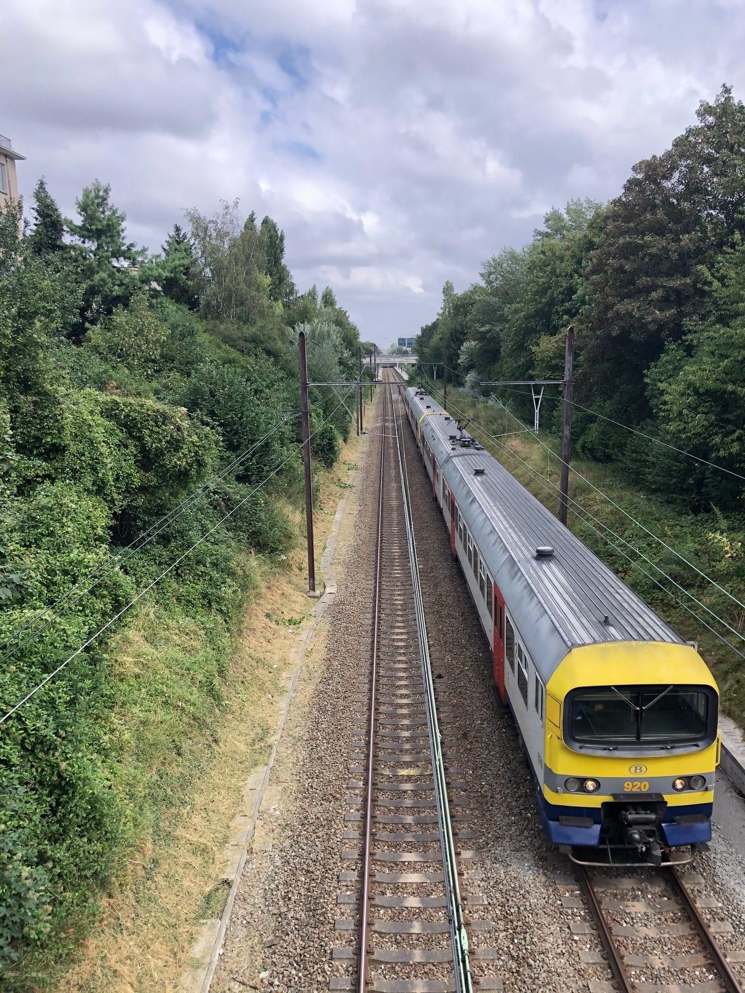 photo d'un train sur des rails